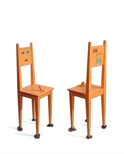 Sven Dalsgaard: Stand in, 1993. Som så mange andre vitalistiske kunstnere bevarede Dalsgaard til det sidste sin sans for erotikkens betydning i livet. Her lader han stolen være en vellystig stand in.