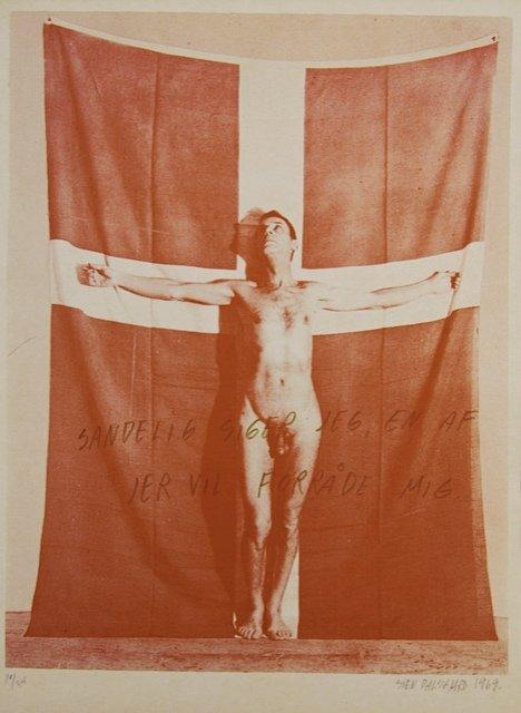 Sven Dalsgaard: Sandelig siger jeg jer, en af jer vil forråde mig, 1969. Som en Jesus på korset henrettes frisindets budbringer. Med humor, patos og selvironi optrådte Dalsgaard flere gange nøgen sammen med nationalflaget.