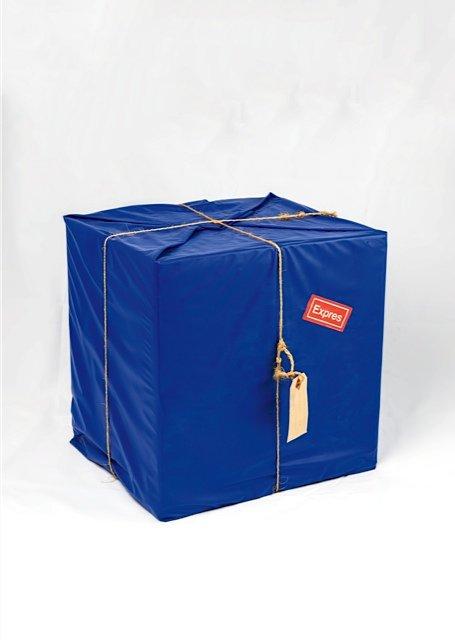 Sven Dalsgaard: Blå Pakke, 1969. En af de utallige pakker, hvor Dalsgaard leger med pirringen i fantasien om det som måtte være inde i pakken.