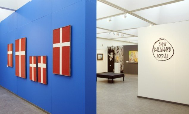 Indgangspartiet til udstillingen benytter flagkunstens dobbelte betydning som symbol for fest og fejring men her også som symbol for Dalsgaards utrættelige brug af flaget som form og tegn i sin kunst. Pressefoto