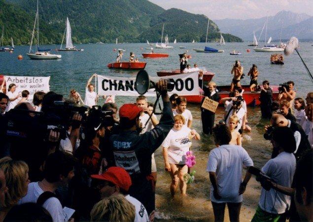 Christoph Schlingensief: Chance 2000 – Baden im Wolfgangsee, St. Gilgen, Tyskland, 1998. (Foto: Tobias Mosig)