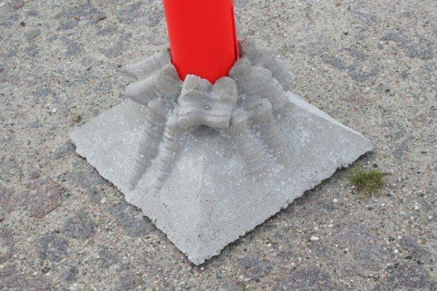 Med sit karakteristiske greb har Esben Klemann gendigtet sorte gummifødder i muteret beton. Pressefoto.