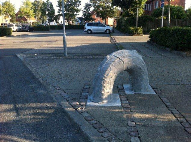 Egnsbeton, 2013 / 2014. I ingenmandsland ved parkeringspladsen tæt på Vejen Kunstmuseum dykker en af Klemanns skulpturer ned mellem to fliser. Pressefoto.