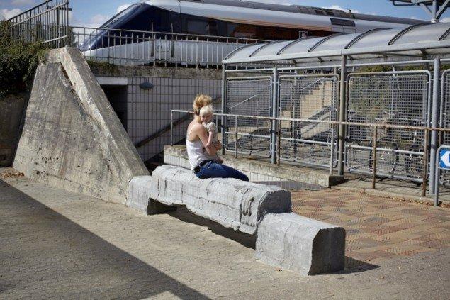 Egnsbeton, 2013 / 2014. Det, der før var et ingenmandsland, er med Klemanns bænk i forlængelse af perrontunnellens beton blevet en kærkommen siddeplads. Foto: Pernille Klemp.