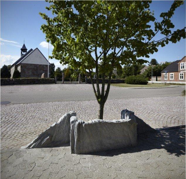 Egnsbeton, 2013 / 2014. Ved parkeringspladsen overfor kirken i Øster Lindet har Klemann gjort alvor af kantstenen – han har  løftet den op i siddehøjde og givet den en næsten stoflig bølgende form. Foto: Pernille Klemp.