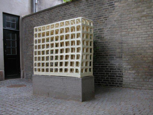 Godt beskyttet i en lukket gård ved Konservatorskolen i København står en af Klemanns markante stentøjsskulpturer fra 2005 med hans yndede grid/gitterkonstruktion. Pressefoto.