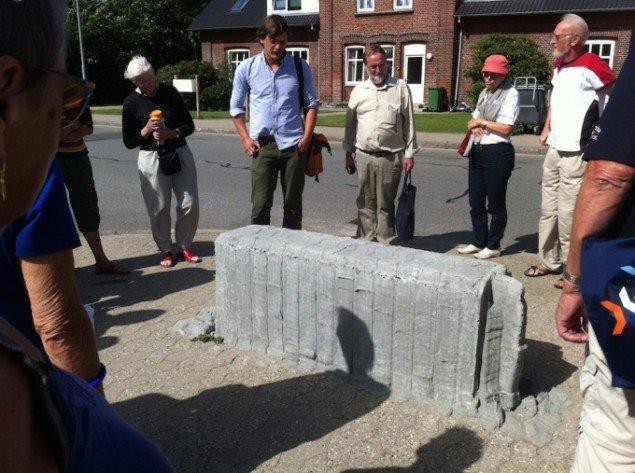 Egnsbeton, 2013 / 2014. I 2013 ved Holsted Station fortæller Esben Klemann om betonbænken. Den er modelleret som om SF-stene har fået gær og pludselig har hævet sig op fra den jævne belægning. Pressefoto.