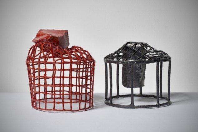 To gitterskulpturer af Esben Klemann fra 2014, glaseret stentøj. Foto: Pernille Klemp.