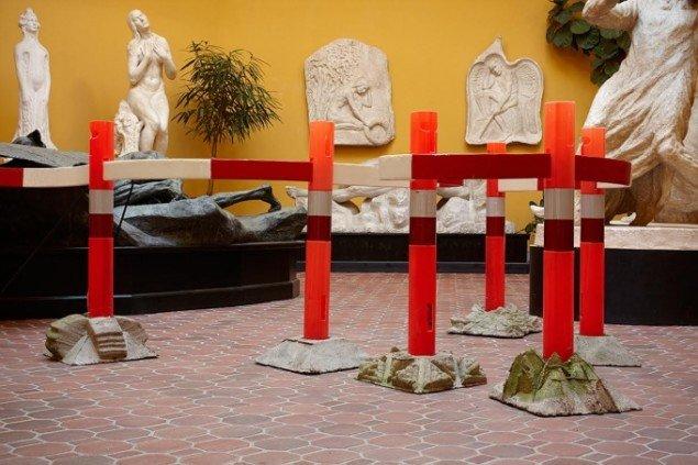 Krusedulle, 2014. Samarbejde med Anders Bonnesen. Klemann har støbt skulpturelle varianter af de sorte gummifødder, mens Bonnesen har forvandlet den rød-hvide standard afspærringsliste. Foto: Pernille Klemp