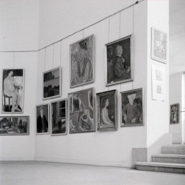 Installationsview fra udstillingen på Musée D'art Moderne, hvor KKS deltog i 1958. (Illustration fra bogen)
