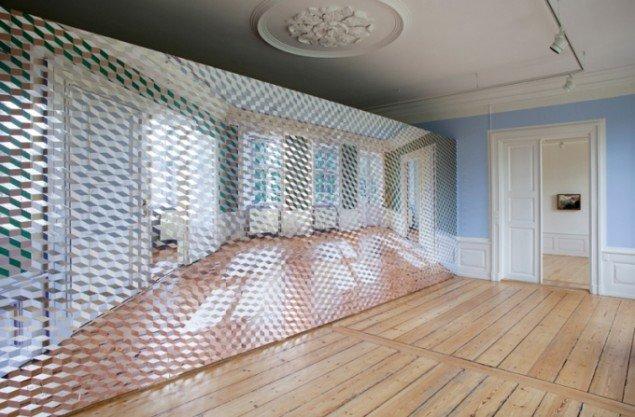 Ivan Andersen: Indfaldsvinkel – udfaldsvinkel, 2014, 250 x 740 cm, Spejlfolie, spray, akryl og fototapet på mdf-paneler. (Foto: Leà Nielsen)