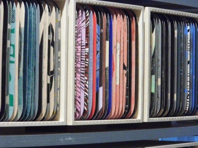 Pernille Kløvedal Helweg: Arkivkasser med skildpaddeportrætter, der har hvert sit spejlvendte citat på bagsiden. På udstillingen SKILDPADDE-ARKIVET, 2014 på Faaborg Museum til 1. marts. Foto: Torben Glarbo