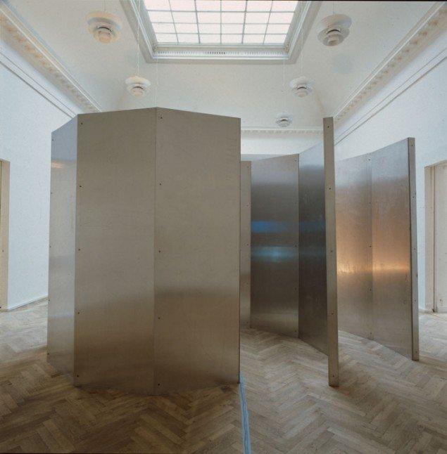Multimedie skulptur, 1990. Aluminiumsplader, 1000 w lampe og 2 video- monitorer. 3 x 5 m. Installationsfoto, Charlottenborg, København. (Foto: Simon Lautrop, Planetfoto)