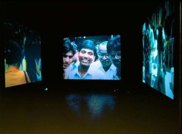 Crowds. Videoinstallation til 3 projektorer, 1997. (Foto: Bent Ryberg, Planetfoto)