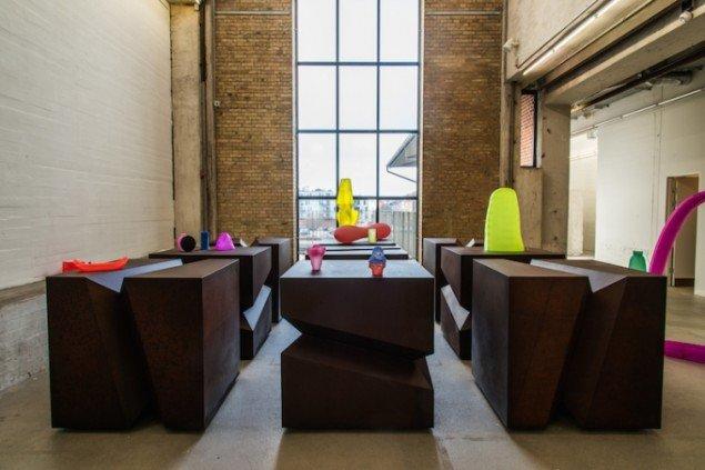 Installationsview af mødet mellem Bækhøjs kubers og Modins lette plastikskulpturer. GENERATOR, 2015, Kunsthal Nord til 22. februar. Foto: Niels Fabæk