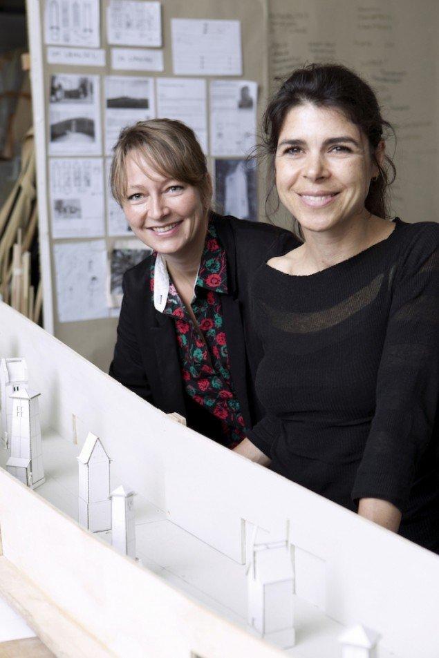 Randi & Katrine foran en model af ARKENs Kunstakse, 2014. Foto: Sine Nielsen