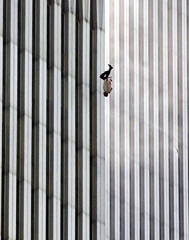 The Falling Man. Et fotografi under angrebene på World Trade Center 11. sep. 2001. (Foto: Richard Drew for The Associated Press)