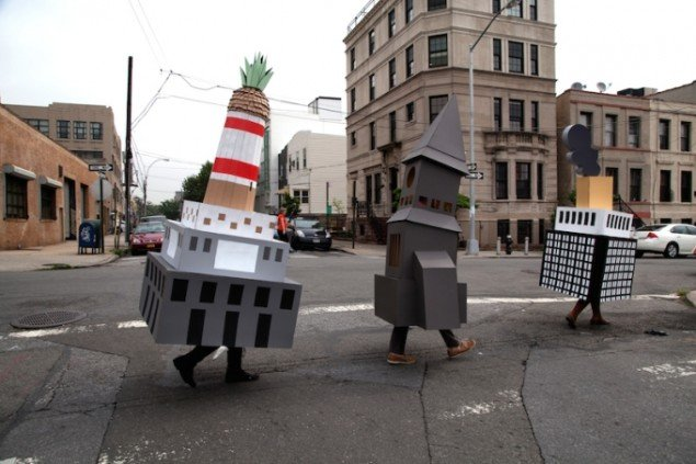 Randi & Katrine: Building Parade, Long Island City, New York, maj 2012. Foto: Alison Nguyen. Paraden var afslutningen på udstillingen The Tourist Gaze på Flux Factory, NY 2012