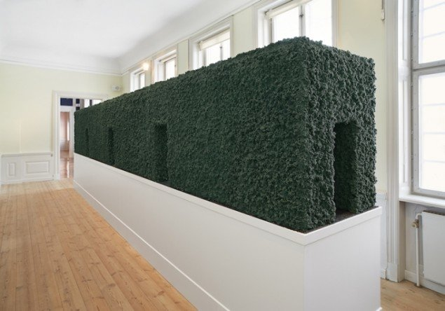 Randi & Katrine: Hedge, 2013. Fra udstillingen The Clam Box - Come Back to Pleasure på Gl Holtegaard 2013. Foto: Jan Søndergaard