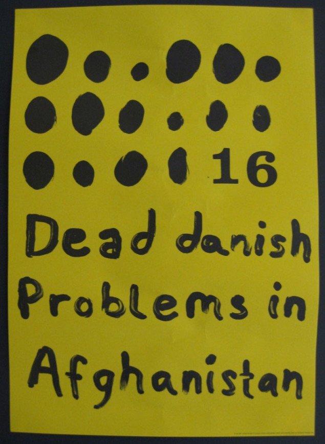 Denne plakat er opsat bag væggen, der bærer de store oliemalerier. John Kørner, 16 dead danish problems in Afghanistan, 2008. Foto: Kasper Lie.