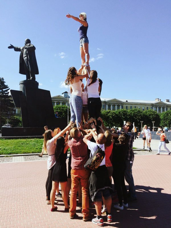 Alexandra Pirici. Soft Power – sculptural additions to Petersburg monuments, 2014. MANIFESTA 10 Public Program commission. (Foto: MANIFESTA 10).