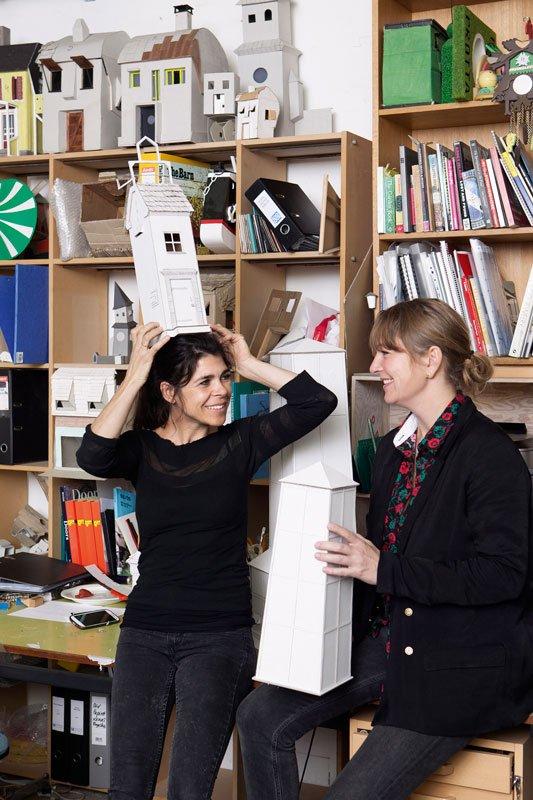 Randi & Katrine i deres værksted. (Foto: Sine Nielsen)
