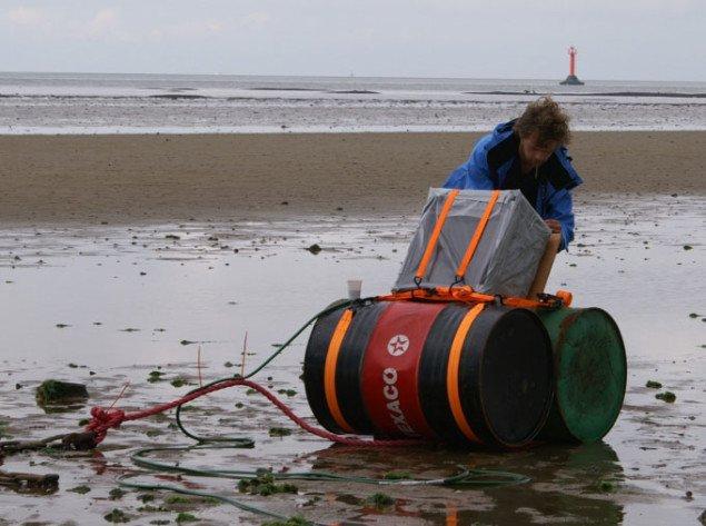 Kristjan Thor Hedinsson rigger den 'båd' til der, når tidevandet kommer, skal kaste lyd fra havet til stranden. Foto: Anja Møller Pedersen
