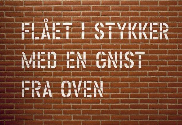 Lawrence Weiner: FLÅET I STYKKER AF EN GNIST FRA OVEN, 2014 på Galleri Susanne Ottesen til 14. marts. Foto: Stine Heger