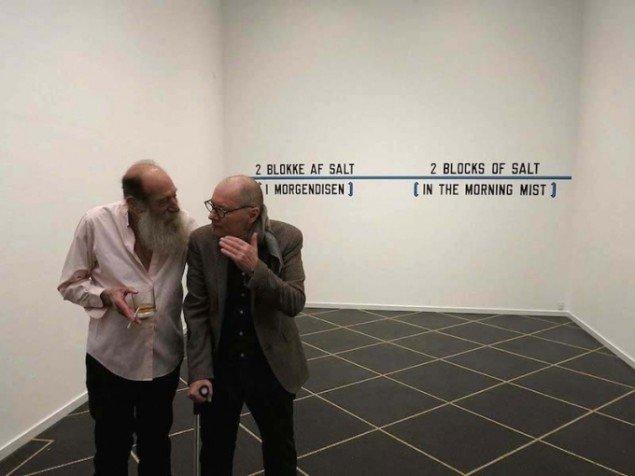 Per Kirkeby (th) og Lawrence Weiner foran et af Weiners værker. Foto: Galleri Susanne Ottesen