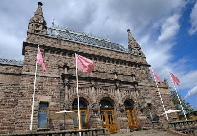 Hesselholdt & Mejlvang: Pale Skin Union, 2014. Installationsview fra Pomp and Ceremony - Shades of Skin, Turku Kunstmuseum, Finland. Foto: Hesselholdt & Mejlvang