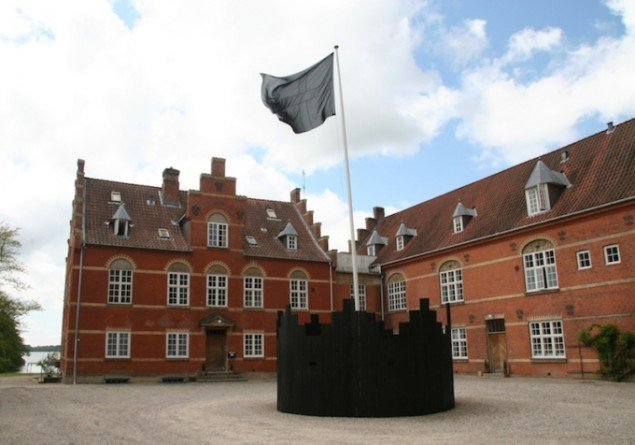 Hesselholdt & Mejlvang: Barrikade, 2008. Installationsview fra Pastiche, Sølyst, Jyderup. Foto: Torben Steen Andersen