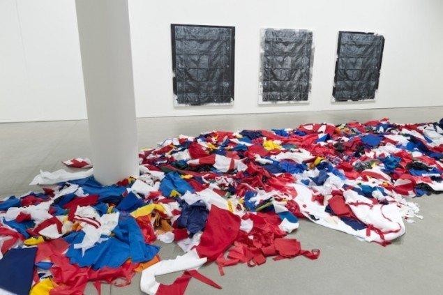 Udstillingsview. Gardar Eide Einarsson: Untitled (Flagwaste). Foto: Ole Hein Pedersen