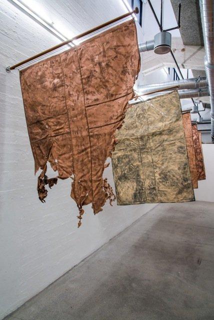 Sofie Hesselholdt og Vibeke Mejlvang: Line of Flesh Tinted Flags (polyester, maling, træ), 2015. Foto: Niels Fabæk