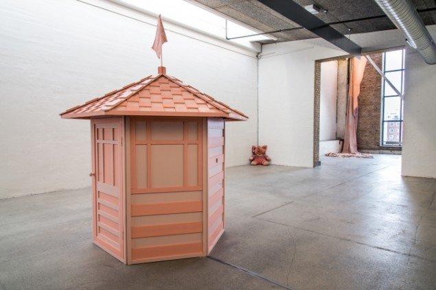 Sofie Hesselholdt og Vibeke Mejlvang: White Man's Pavillion (træ, maling, diverse objekter), 2015. Foto: Niels Fabæk