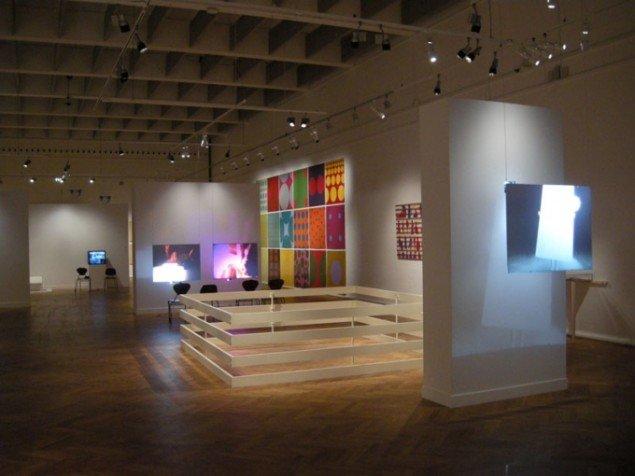 Installationsview, What's Happening? m. (fra h.) Robert Morris, Per Kirkeby, Mogens Møller, Paul Gernes, Andy Warhol og Valie Export. (Foto: Matthias Hvass Borello)