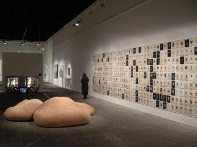 Installationsview, What's Happening? med bl.a. Susanne Ussings kropsmøbel Smyrna (1971) og Lene Adler Petersens Udklip på papir med kvindetegnet (1974). (Foto: Matthias Hvass Borello)