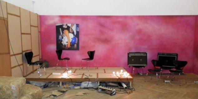 FOS: Koøje, installationsview fra udstillingens scenerum. (Foto: Kristian Handberg)