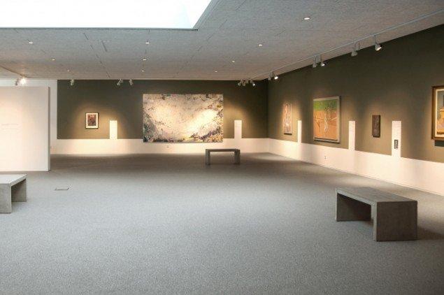 Udstillingsview med maleri af Anette Olesen i baggrunden. Foto: Steen Bek