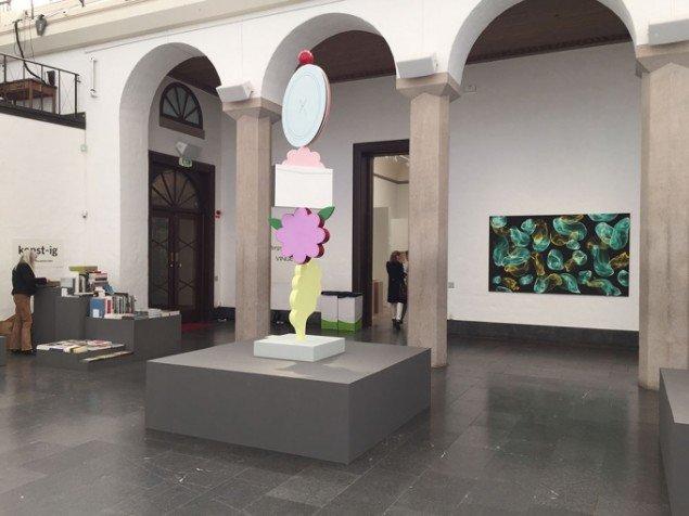 Skulpturrummet i kunsthallen er brugt til en særpræsentation. I forgrunden skulpturer af Mette Björnberg, Galleri Magnus Karlsson. I baggrunden maleri af Jiří Georg Dokoupil, Galleri Susanne Ottesen.