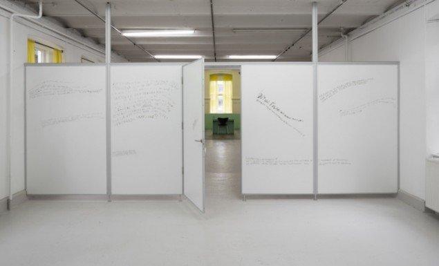 Stine Marie Jacobsen: Mann Beißt Hund, installation på Overgaden, 2015. Foto: Anders Sune Berg