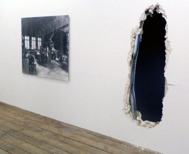Installationsview med Nicolai Howalt: An Alchemist's Laboratory, 2015 og hullet, der leder ind til udstillingens mørklagte del. (Foto: Kristian Handberg)