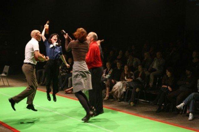 Molly Haslund var en del af Lone Twin i 5 år. Her under en performance i Bruxelles i 2006. (Foto: LTT)