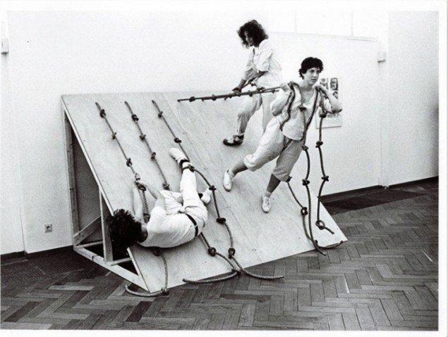 Simone Forti: Slant Board, 1960, performet ved Stedelijk Museum i 1982 (Fotograf ukendt)