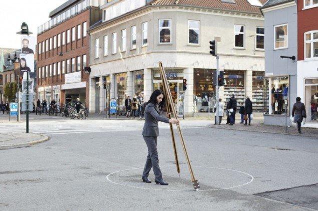 Molly Haslund: Circles, 2013, performance som en del af Museet for Samtidskunsts projekt Museet går i byen. (Foto: Lea Nielsen)