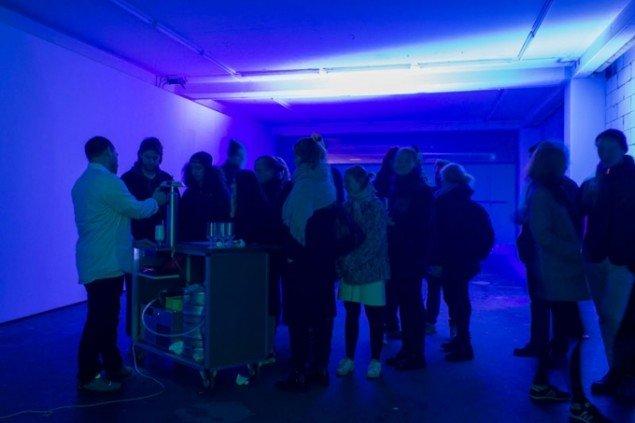 Kristoffer Akselbos ubehøvlet langsomme øludskænkning med en uoverskuelig kø af ubehøvlede gæster. (Foto: toves.dk)
