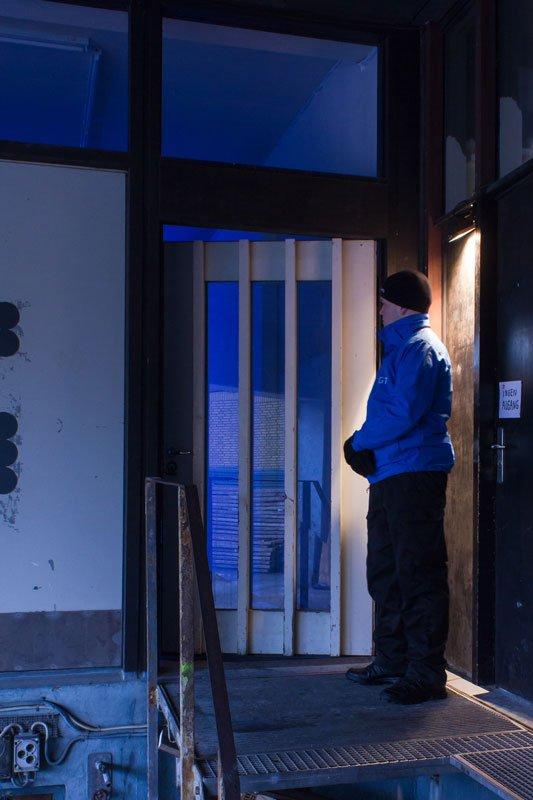 Dørmanden, der tager imod i indgangen til udstillingen. (Foto: toves.dk)