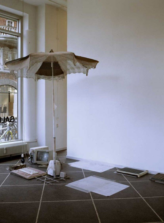 The gospel of Truth with parasol and pillow, detalje, 2001. Foto: Erik Wøldike