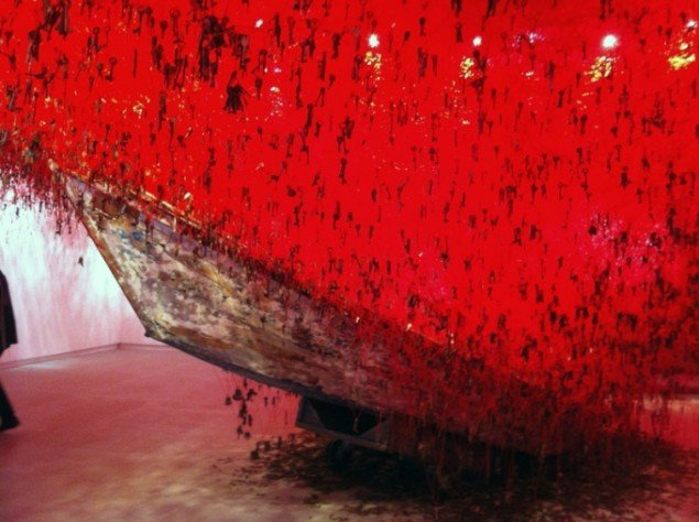 Chiharu Shiota (f. 1972) har skabt installationen The Key in Your Hand, 2015 i Den Japanske Pavillon. (Foto: Lisbeth Bonde)