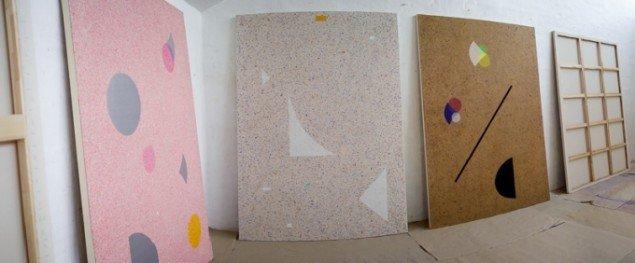 Bodil Nielsens nyeste malerier i ateliet inden installationen på Galerie MøllerWitt. Pressefoto