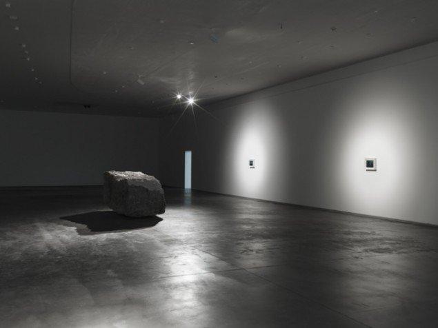 Dan Colen: Udstillingsview fra det mørke rum i Psychic Slayer. Foto: Heart